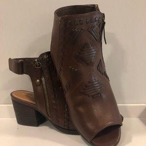 Booties, size 8, brown, Aztec print